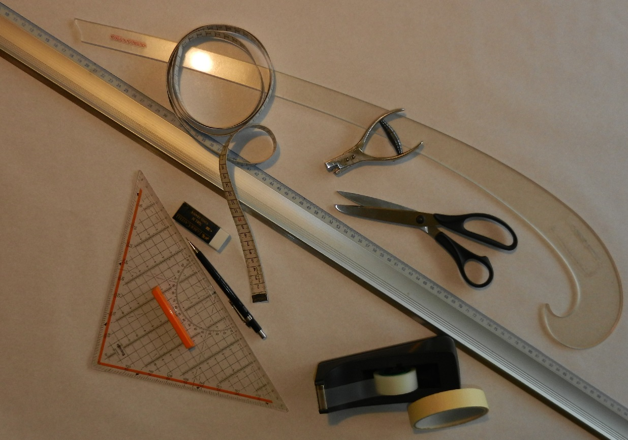 Werkzeuge und Arbeitsmittel, die du für die Schnittkonstruktion brauchst